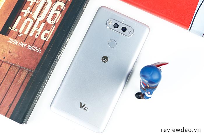 Trên LG V20 bản thương mại: smartphone độc lạ với 2 màn hình và 3 camera