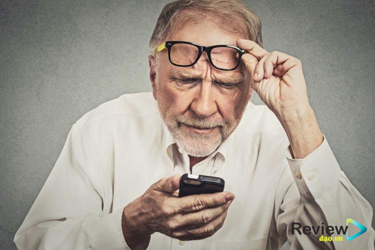 Bàn phím hiển thị to gấp 2 đến 3 lần so với những sản phẩm điện thoại thường. Những con số ở trên bàn phím cũng khá lớn. Do vậy, dù là người kém thị lực, lớn tuổi vẫn dễ dàng nhìn thấy mà không có cảm giác bị nhòe, bấm bàn phím một cách nhanh chóng.