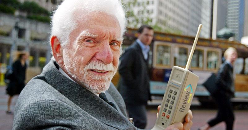 Điều đầu tiên và cũng là chức năng quan trọng nhất đó chính là tính năng nghe gọi. Thông thường, trên các sản phẩm điện thoại dành riêng cho người lớn tuổi thì chức năng nghe gọi được cài đặt sẵn và đem lại hiệu quả khá tốt.