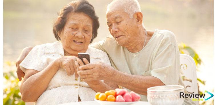 Tiêu chí chọn mua điện thoại cho người già Con người chúng ta thường dành thời gian cả ngày để quan tâm đến vấn đề vật chất cho cả gia đình và người thân. Tuy nhiên, cũng vì vậy mà thời gian dành cho người thân lại càng ít đi, đặc biệt là người cao tuổi trong nhà.