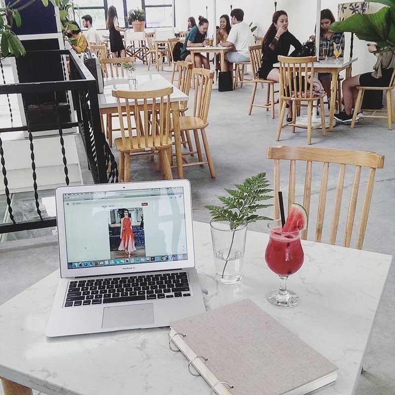 Quán Cafe Quận 1 Heritage Concept Chill Hub điểm ấn tượng nữa là quán bày trí bàn ghế không san sát nhau