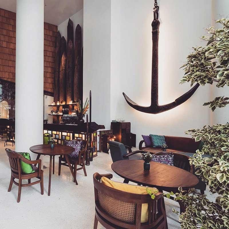 Quán Bason Café tại quận 1 quán còn sở hữu những chi tiết vô cùng đắt giá như mỏ neo lên đến 1500 tuổi hay những tảng gỗ khổng lồ treo trên trần nhà