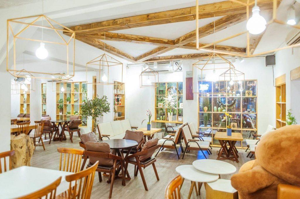 Quán Chanchamayo Coffee ở quận 1 Quán như một khu vườn tí hon, cùng với khoảng vườn ngập tràn màu xanh tươi mát