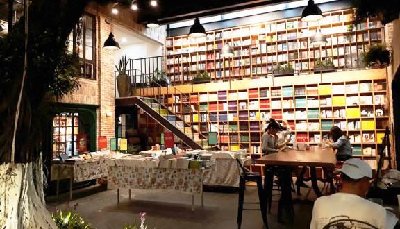 Nhã Nam Books N' Coffee. Sở hữu không gian rộng rãi, đẹp mắt, Nhã Nam Books N' Coffee còn sở hữu vô vàn đầu sách mang đặc trưng thương hiệu Nhã Nam.