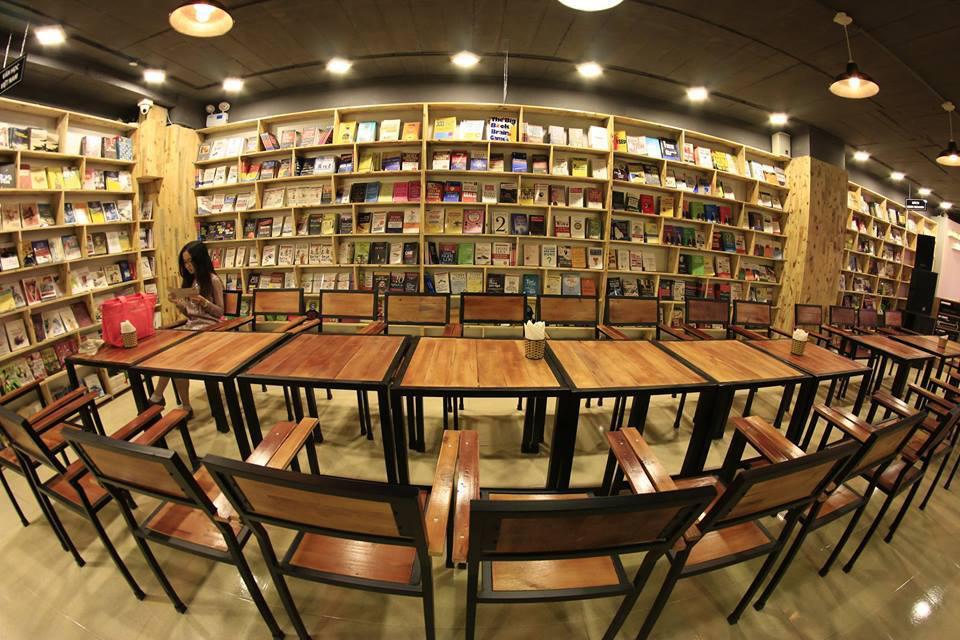 Đông Tây là quán cà phê sách lớn nhất ở Hà Nội. Nơi đây đúng nghĩa là một thư viện sách Trong Làng Sinh viên Hacinco, 99 Ngụy Như Kon Tum, Nhân Chính, Thanh Xuân, Hà Nội